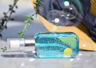 テーブルにプラスチック製のウォーター ボトルの写真・画像素材[1186938]