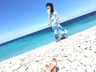 ビーチに立っている人の写真・画像素材[1103312]