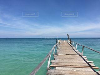 水の体の横に木製の桟橋 - No.778457
