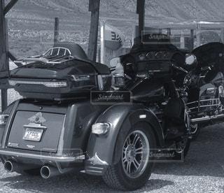 車の前に停まっているバイクの写真・画像素材[852666]