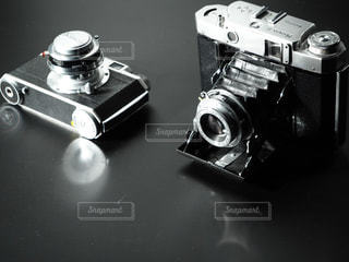 テーブルの上の黒いカメラの写真・画像素材[852673]