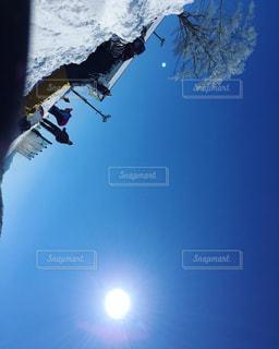 スキーに乗っている間空気を通って飛んで男の写真・画像素材[934905]
