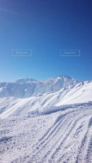 雪に覆われた山の写真・画像素材[934914]