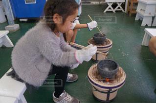 小さな女の子のテーブルに座っての写真・画像素材[710442]