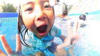 水中を泳ぐ子の写真・画像素材[711803]