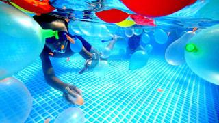 水のプールで泳いでいる人の写真・画像素材[711902]