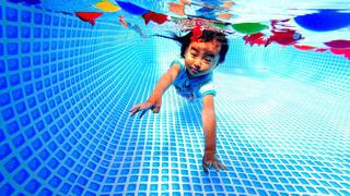 プールで男の写真・画像素材[711919]