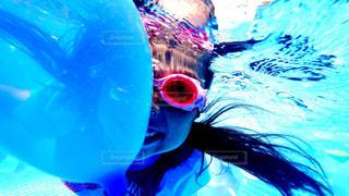 水の中を泳いでいる人の写真・画像素材[714159]