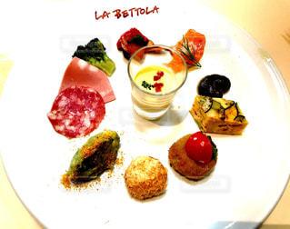 テーブルの上に食べ物の種類トッピング白プレートの写真・画像素材[739336]