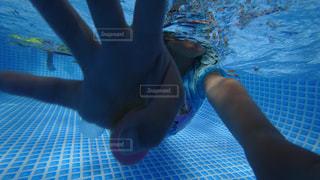 水のプールで泳いでいる人の写真・画像素材[764024]