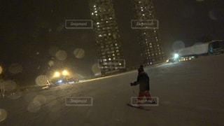 雪をスノーボードに乗る男覆われた斜面の写真・画像素材[939906]