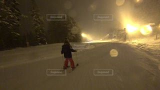 雪に覆われた斜面をスキーに乗る男 - No.939918
