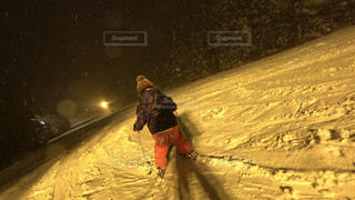 雪に覆われた斜面をスキーに乗る男 - No.939933