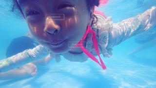 体内の水を泳いでいる人の写真・画像素材[1325525]