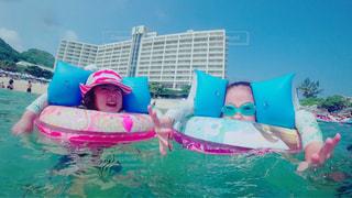水の中で泳いでいる少女の写真・画像素材[1385814]