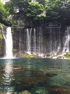 水の体の上の大きな滝の写真・画像素材[1019881]