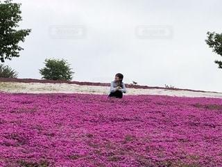 草の上に座っている人対象フィールドの写真・画像素材[1218068]