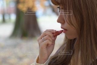 携帯電話で話している女性の写真・画像素材[2768066]