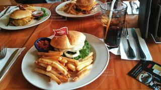 テーブルの上に食べ物のプレート - No.865902