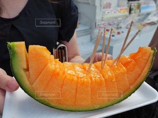 果物を持っている手 - No.882980