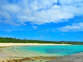 水の体の横にある砂浜のビーチ - No.897917