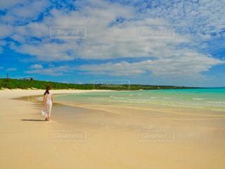 白砂のビーチに立っている人 - No.938443