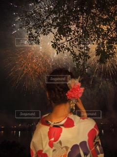 クリスマス ツリーの横に立っている人の写真・画像素材[1311153]