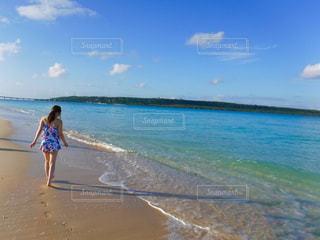 水の体の横に立っている人の写真・画像素材[1317336]