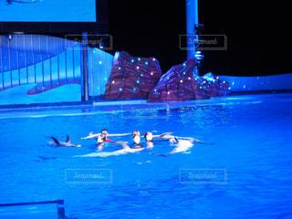 水のプールを泳ぐ人たちのグループの写真・画像素材[1317353]