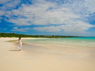 砂浜の上に立っている人の写真・画像素材[1395799]
