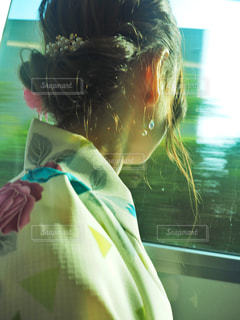 カメラにポーズ鏡の前に立っている人の写真・画像素材[1412502]