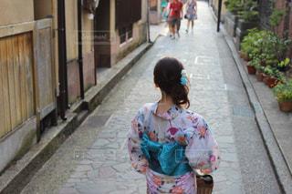歩道を歩く女性の写真・画像素材[1412505]
