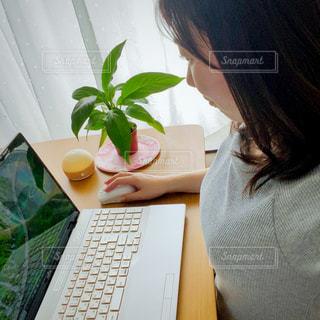 ラップトップ テーブルに座っている女性の写真・画像素材[3286694]