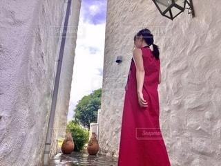 赤色のワンピースと女性の写真・画像素材[3477439]