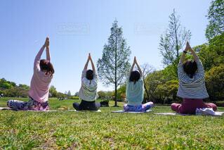 草原に座っている人々のグループの写真・画像素材[4602911]
