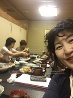 レストランのテーブルに座っている女性   食事会 - No.759944