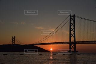 風景,海,空,夕日,橋,太陽,夕焼け,水面,シルエット,光,夕陽,吊り橋,明石海峡大橋,マジックアワー,明石海峡