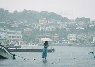 背景に都市がある水域の小さなボートの写真・画像素材[3669108]