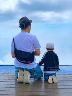 父と子の後ろ姿の写真・画像素材[2187588]