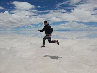 塩湖でジャンプの写真・画像素材[3022211]