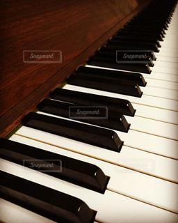 お気に入りの木目のピアノの写真・画像素材[814780]