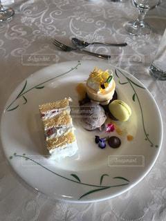 皿の上のケーキの一部 - No.797272