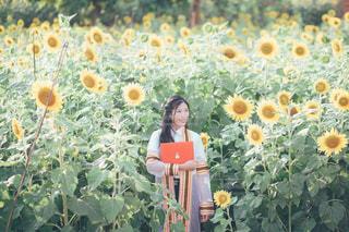 花を持っている人の写真・画像素材[1361790]