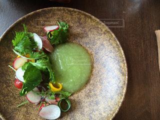 板の上に食べ物のボウルの写真・画像素材[737283]