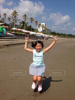 ビーチでカイトを飛行少女の写真・画像素材[717539]
