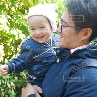 小さな子供がカメラで笑っての写真・画像素材[952695]