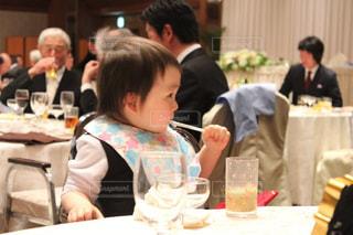 食事のテーブルに座っている人々 のグループの写真・画像素材[782899]