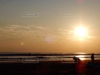 ビーチに沈む夕日の写真・画像素材[967717]