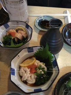 テーブルの上に食べ物のプレートの写真・画像素材[990271]