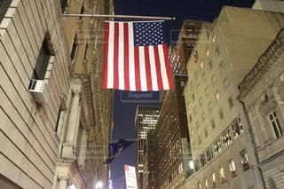 アメリカ国旗と街の写真・画像素材[996607]